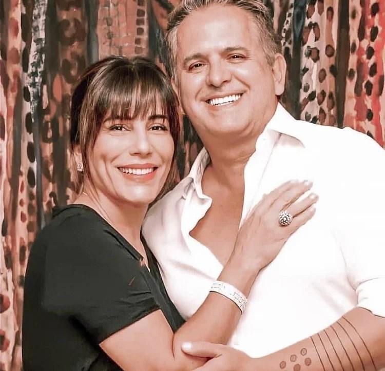Glória Pires e Orlando Morais posam sorrindo para a foto lado a lado