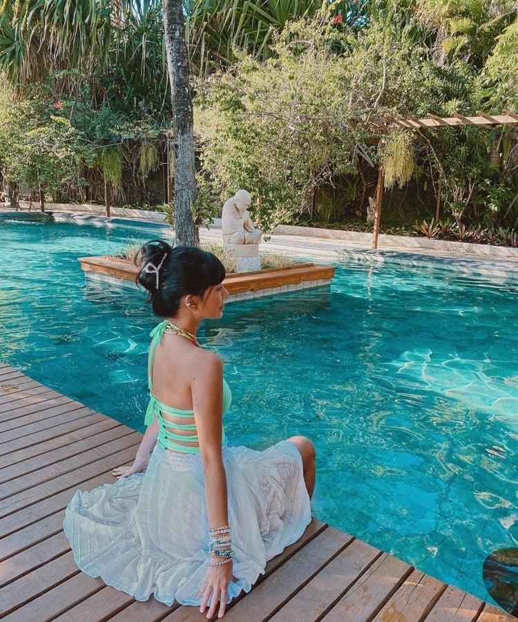 Rica de Marre na piscina usando piranha de cabelo