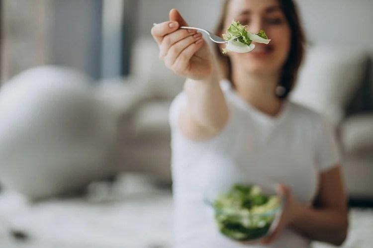 mulher grávida comendo salada