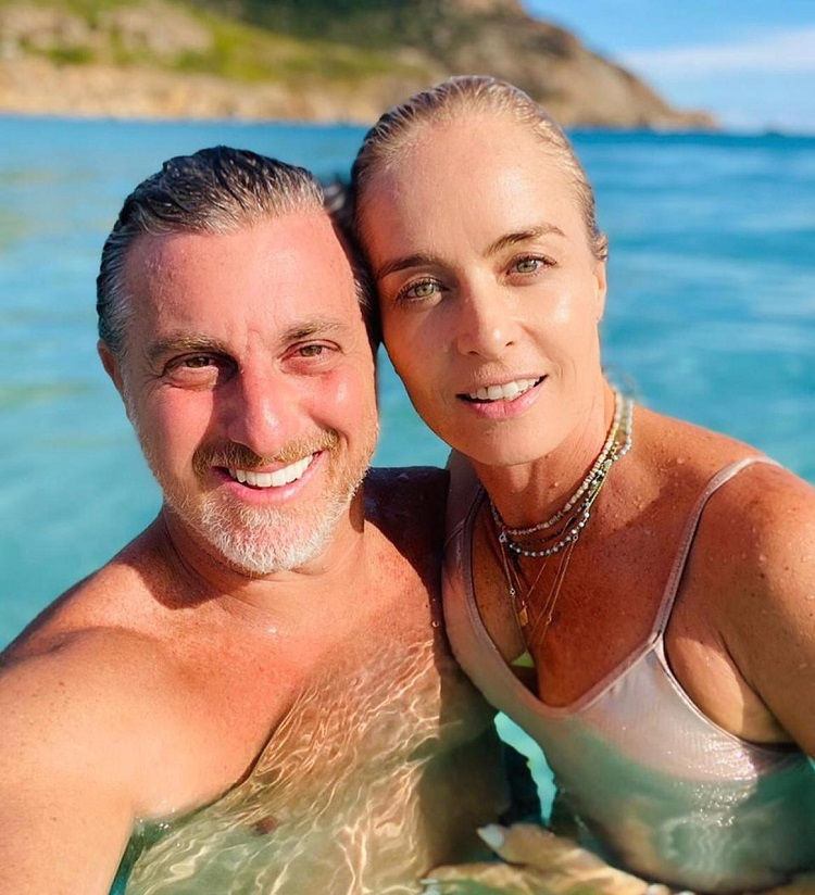Luciano Hulk e Angélica lado a lado com o mar ao fundo