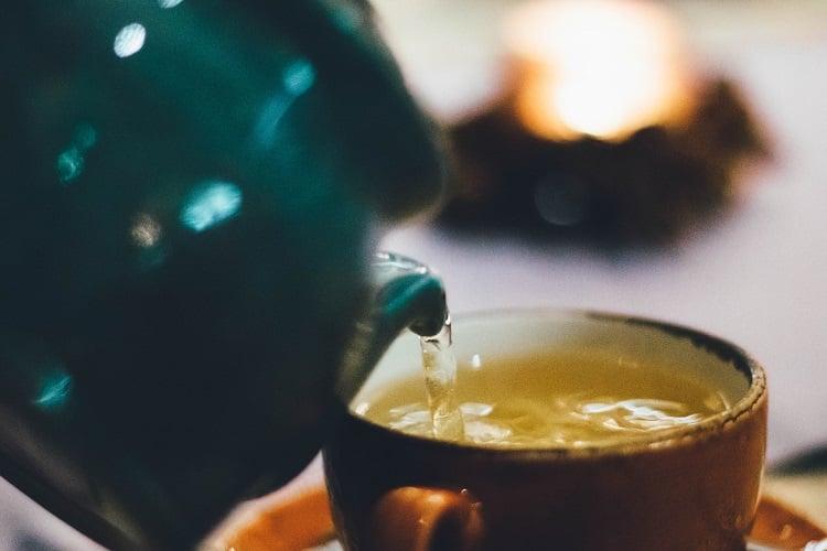 chá de alface no bule