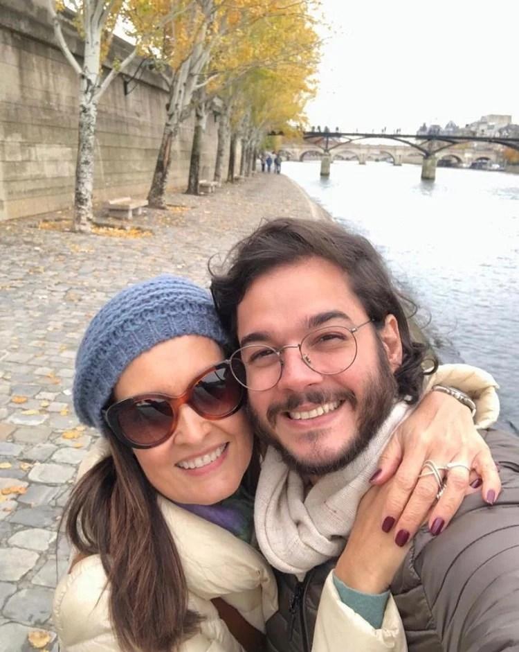 Fátima Bernardes e Túlio Gadelha aparecem abraçados às margens do rio Sena, em Paris
