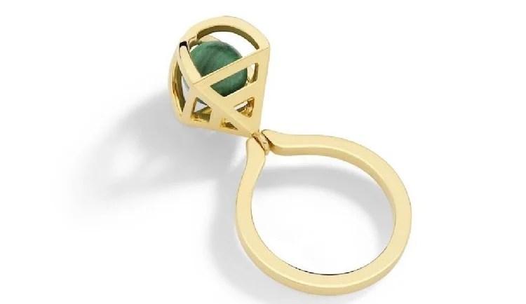 Anel de ouro, com pedra verde