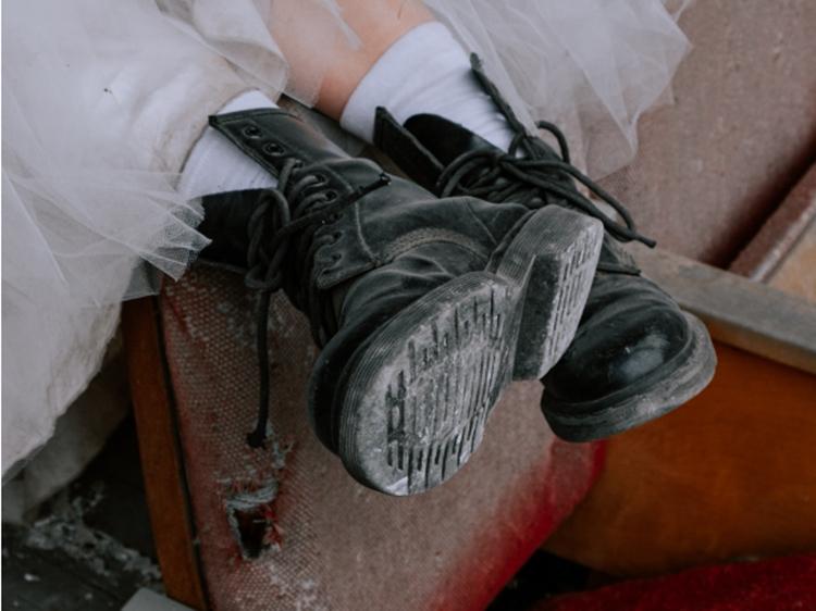 Foto de noiva usando bota militar.