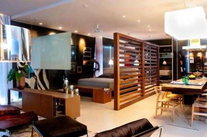 Casa loft simples com divisória de madeira.