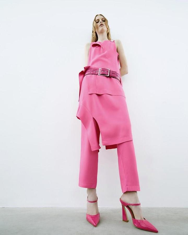 Modelo em conjuntinho rosa.