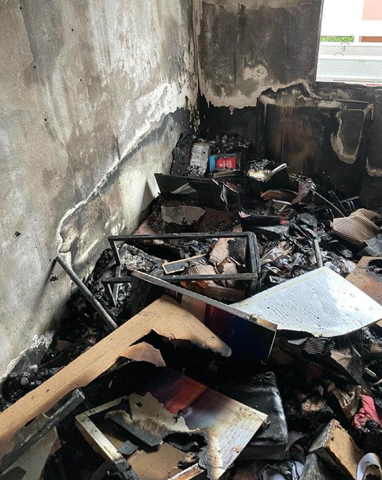 Foto do que restou da casa queimada.