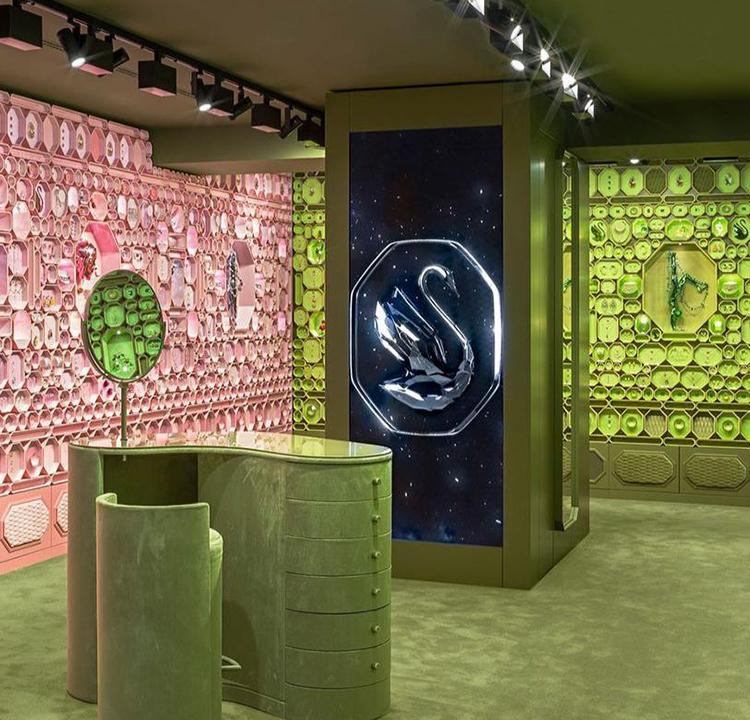 Layout de dentro de uma das novas lojas da Swarovski. Com paredes cheias de formas e cores, mas sem muita mobília.