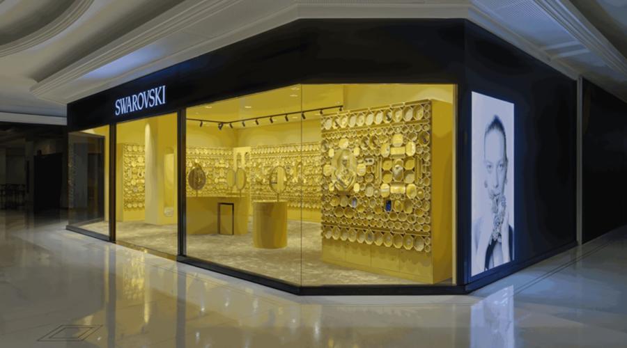 """A fachada da nova loja da Swarovski """"Instant Wonder"""", vista de lado."""