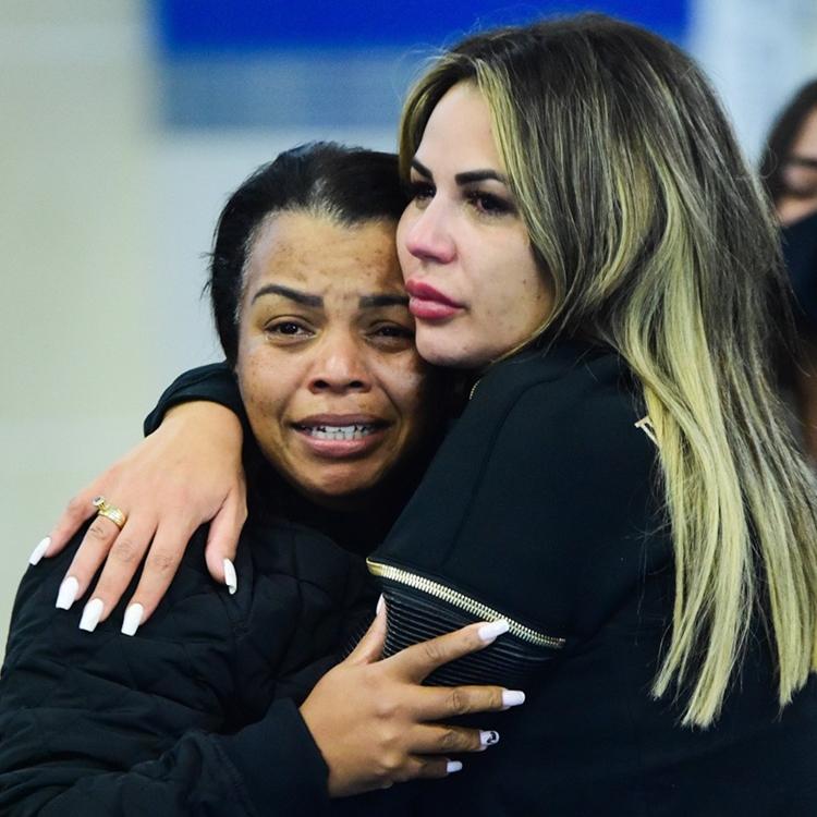 Deolane abraça sogra, Valquíria Nascimento, em velório de MC Kevin.