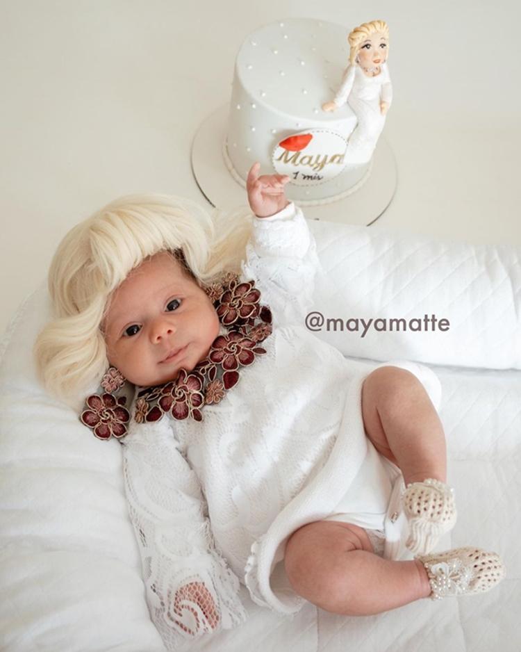 Foto da bebê em seu primeiro mêsversário vestida de Hebe.