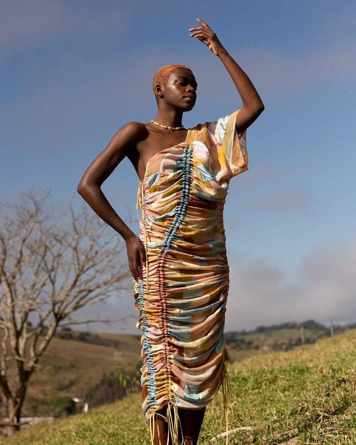 Modelo usa um vestido colorido.