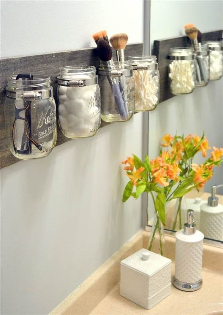 Banheiro organizado com potes de vidro.