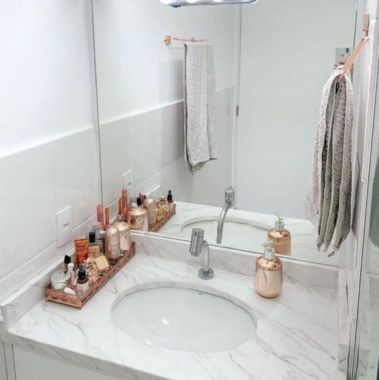 Banheiro organizado com bandeja.