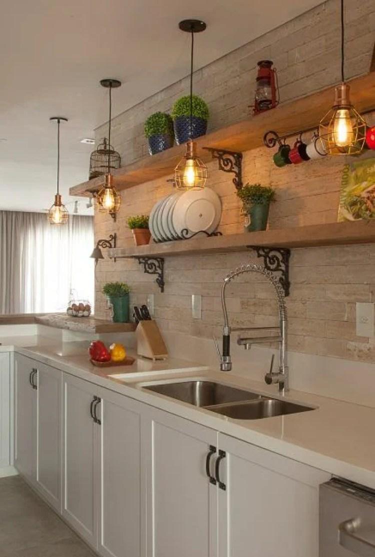 Planejar a cozinha com prateleiras.