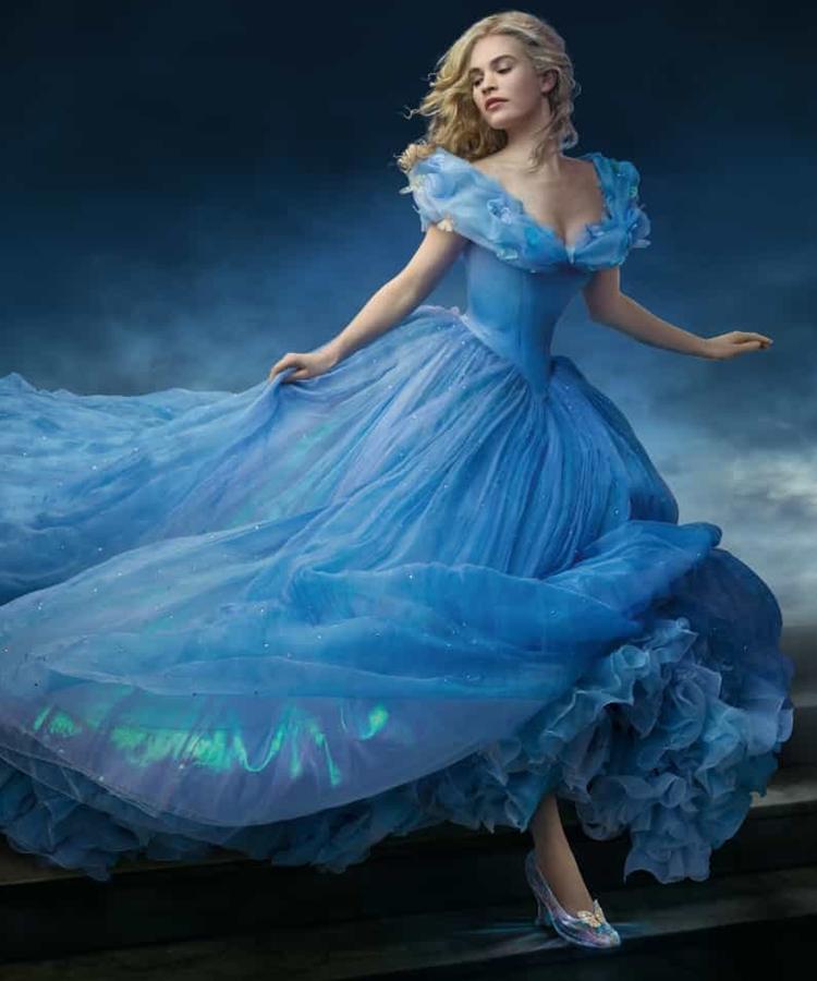 Foto de Lily James como Cinderela.