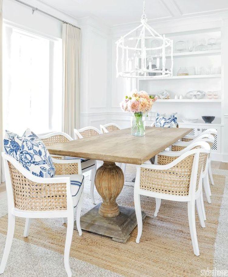 Sala de jantar branca e amadeirada.