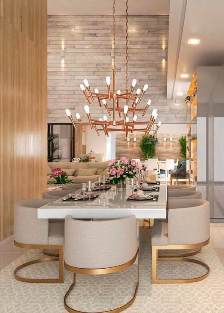 Sala de jantar com cadeiras modernas.