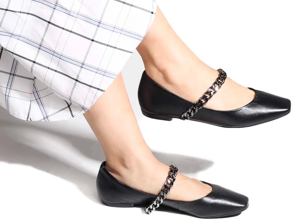 Foto mulher usando sapatilhas com bico quadrado e decoração de correntes.