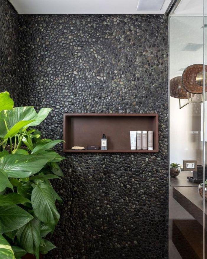 Banheiro com seixo preto.