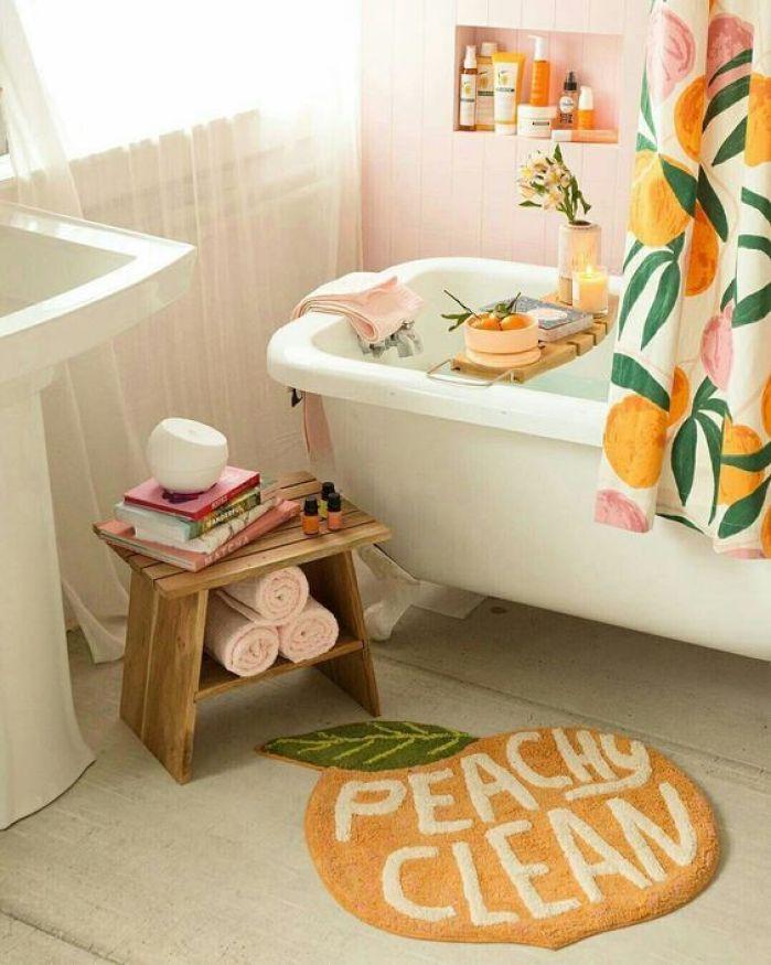 Tapete para banheiro colorido.