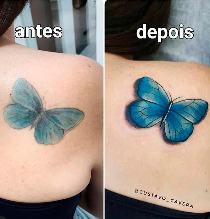 Duas fotos das costas de uma pessoa, uma foto do lado da outra. A primeira mostra uma tatuagem de borboleta desgastada. A segunda foto é da mesma tatuagem de borboleta com cores e linhas mais intensas e mais bonitas.