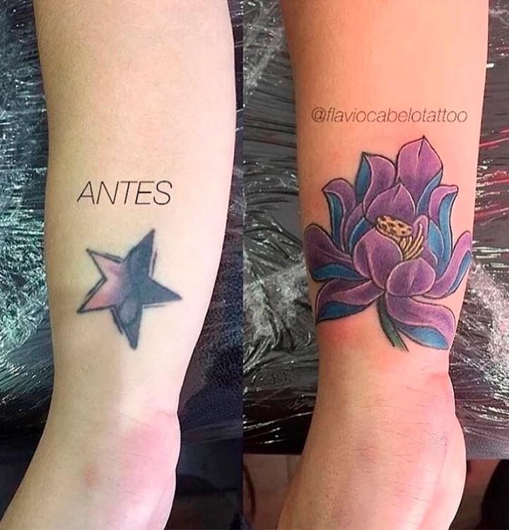 Duas fotos do pulso de uma pessoa, uma foto do lado da outra. A primeira mostra uma tatuagem de uma estrela roxa e lilás com um símbolo do infinito no meio. A segunda foto é essa tatuagem coberta por outra, maior, da imagem de uma flor roxa e azul.
