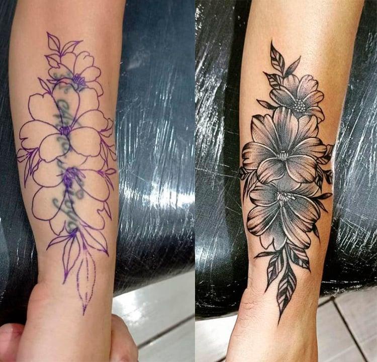 Foto da cobertura de uma tatuagem de texto no braço. A tatuagem nova é uma de flores preto e branco.