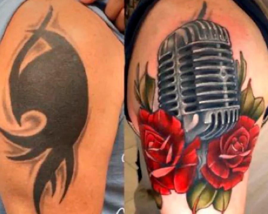 Cobertura de uma tatuagem preta, com outra de um microfone colorido cercado por rosas vermelhas.