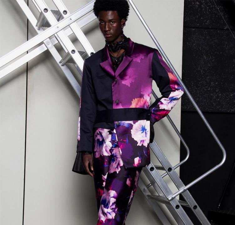 Modelo usa terno roxo com flores.
