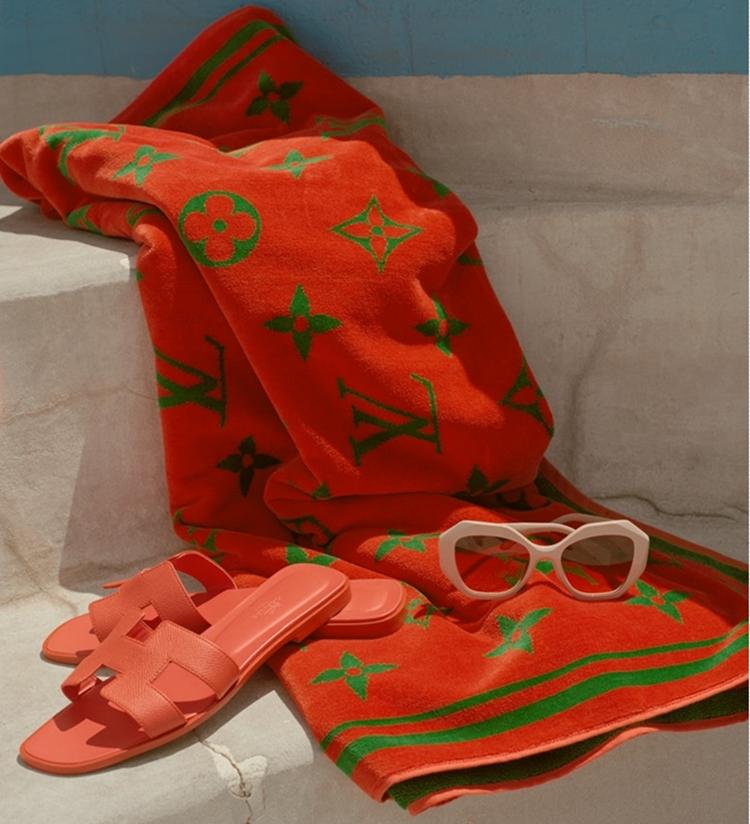 Foto de toalha com a marca Louis Vuitton estampada.