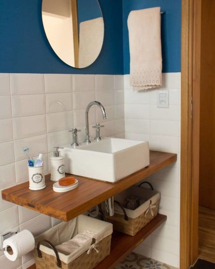 Banheiro com prateleiras de madeira.