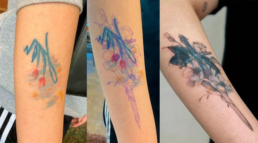 Três fotos lado a lado de tatuagens no mesmo lugar do braço de uma pessoa. A primeira tatuagem é um desenho de flores coloridas em efeito de giz. A segunda imagem é dessa tatuagem embaixo de um desenho rascunhado de uma espada e flores. A segunda é a tatuagem das flores coberta pela tatuagem nova da espada com flores ao redor.