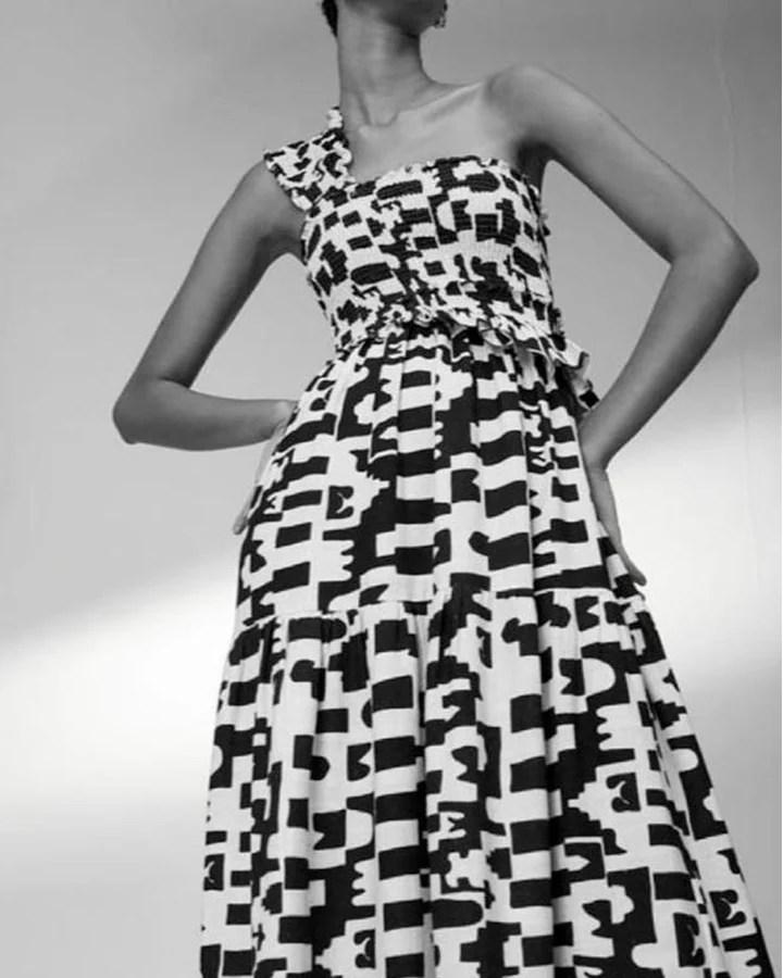 Vestido longo preto e branco.