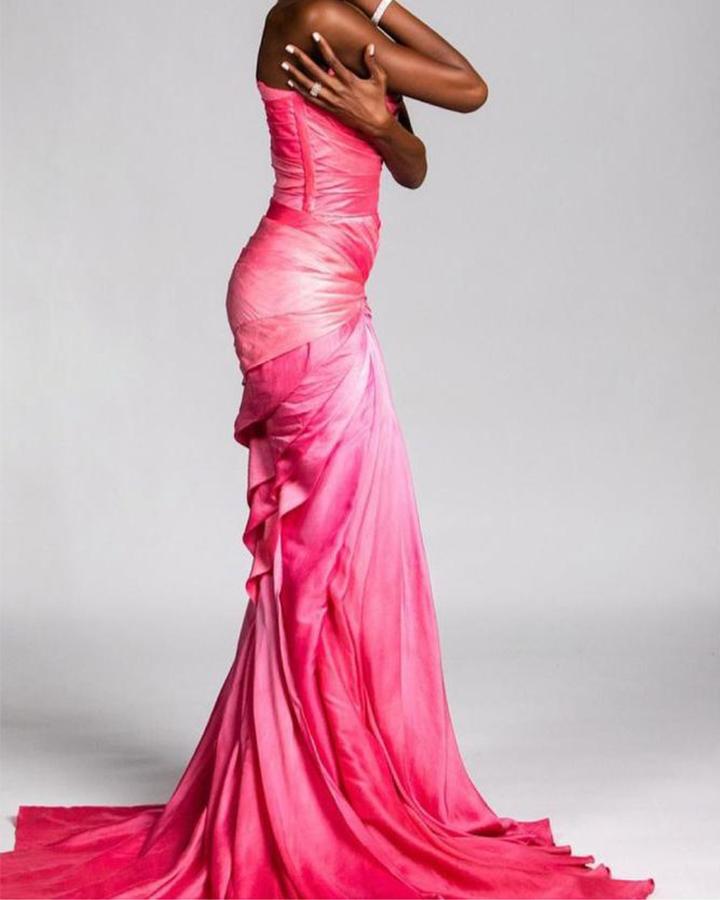 Vestido rosa choque.