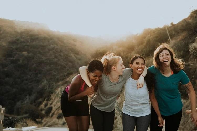 amigas se abraçando em trilha nas montanhas
