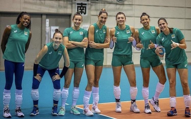 Foto da seleção de vôlei feminino.
