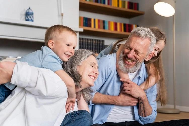 casal de avós segurando os netos nas costas