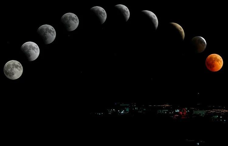 Foto de céu noturno sobre uma cidade com representação de todas as fases da Lua