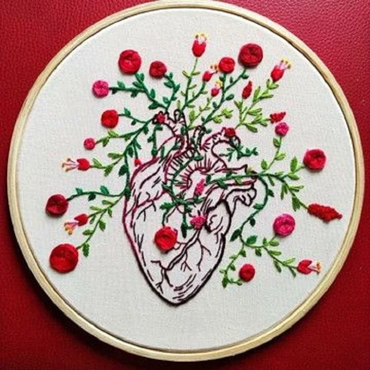 Bordado de coração e flores em bastidor