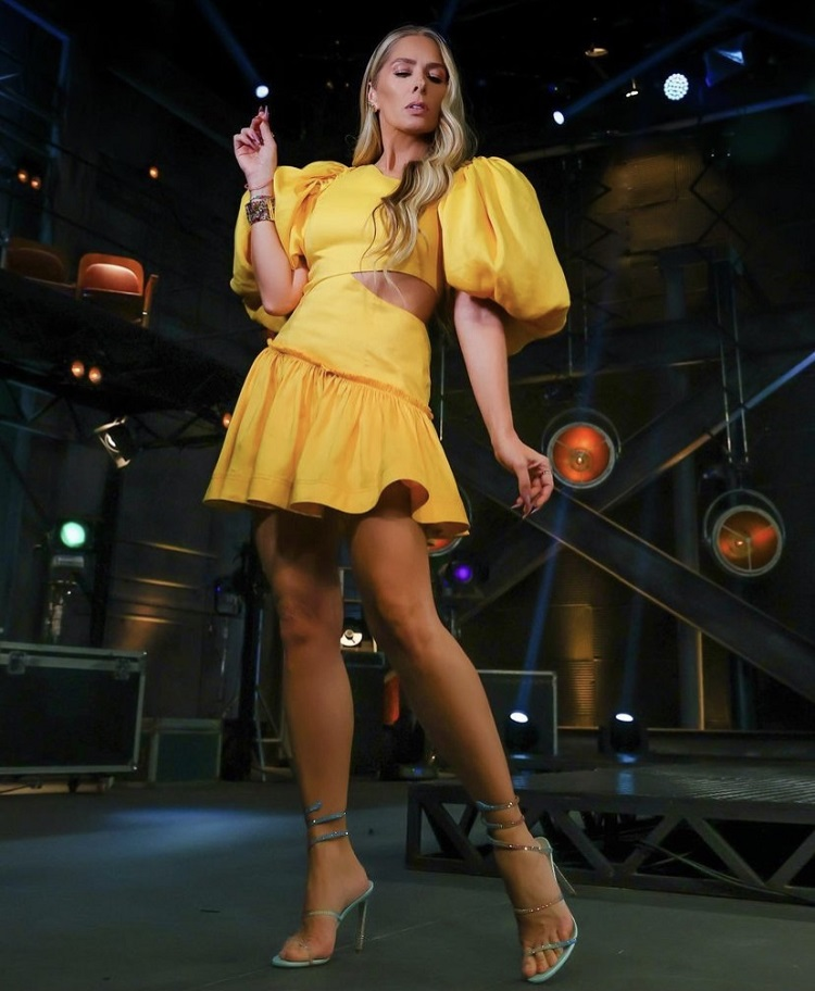 Foto de Galisteu com vestido amarelo