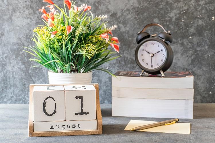 calendário de agosto em mesa cinza