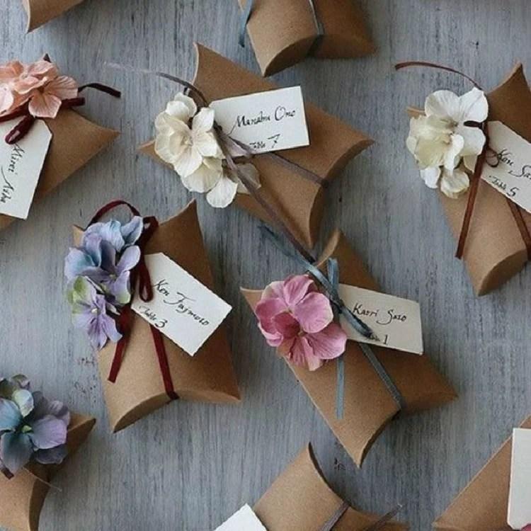 Caixinhas de papelão com laço de fita e orquídeas artificiais