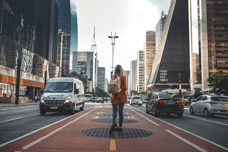 mulher andando pela Avenida Paulista na cidade de São Paulo