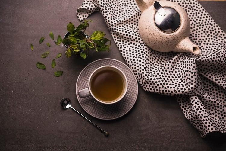 foto de xícara de chá de jambu vista de cima