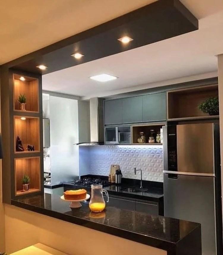 Balcão de cozinha com nichos embutidos.