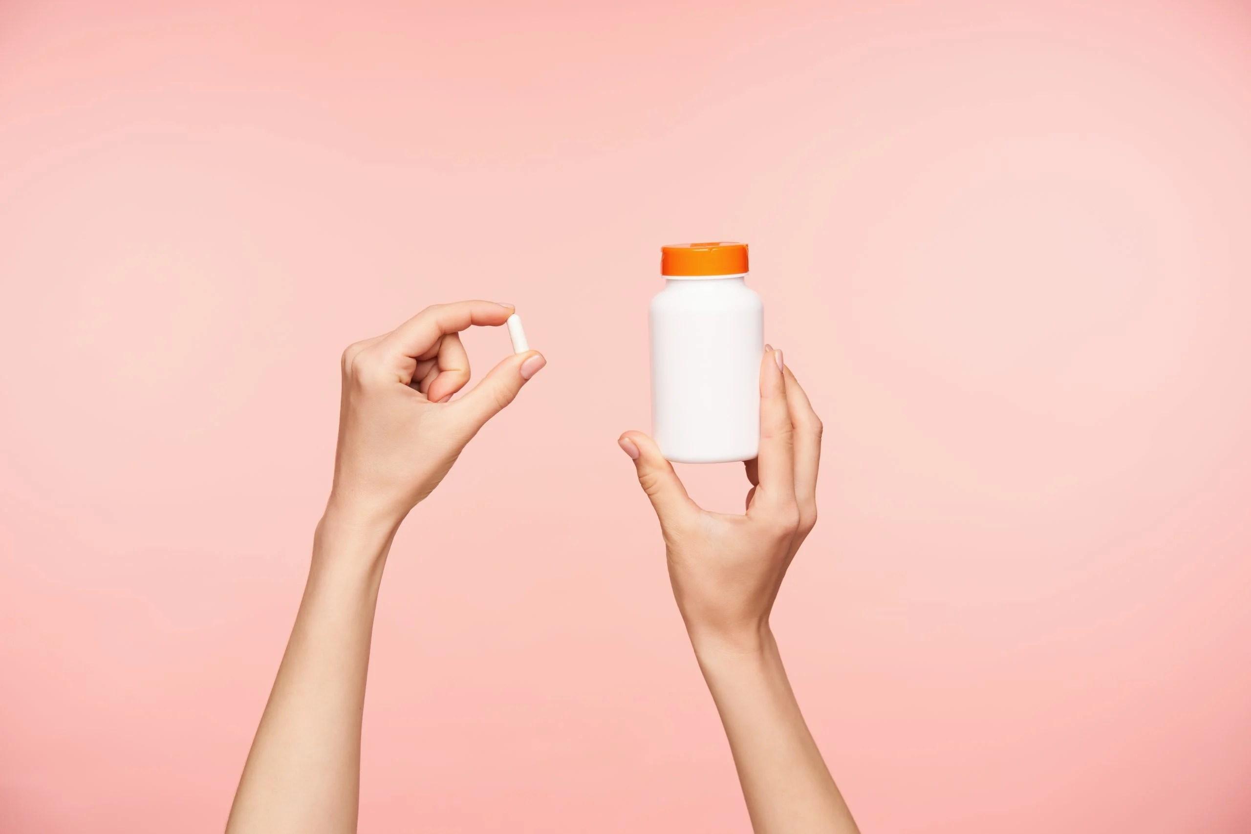 mulher com comprimido na mão