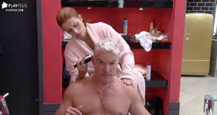 Deborah ajuda Bruno a cortar e descolorir o cabelo antes da última festa no Power Couple