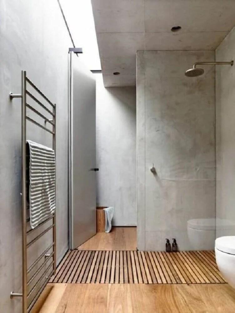 Banheiro cinza e amadeirado.