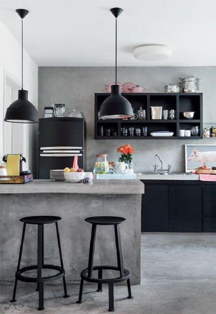 Cozinha preta, branca e cinza.